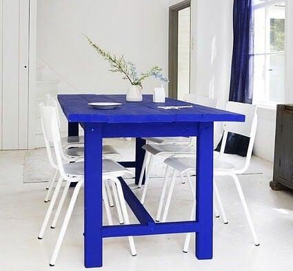 Mesa en azul Klein.