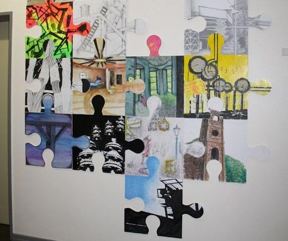 Puzzle pintado en la pared.