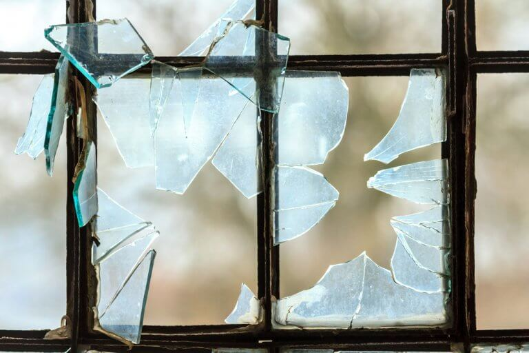 ¿Cómo reemplazar los vidrios rotos del hogar?