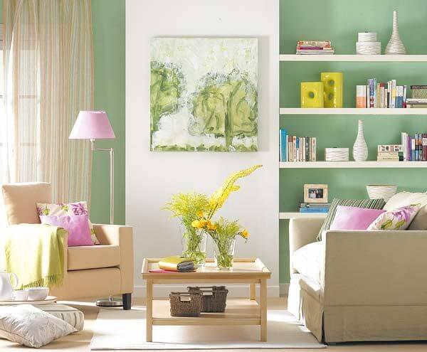 Salón en verde, rosa y beige.