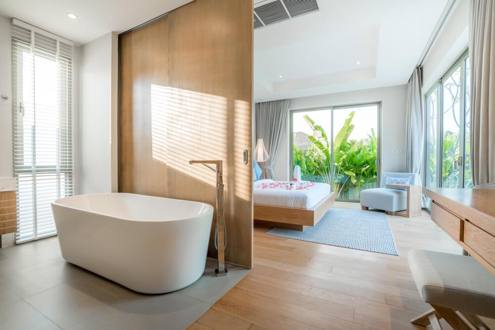 Bañera integrada en el dormitorio.