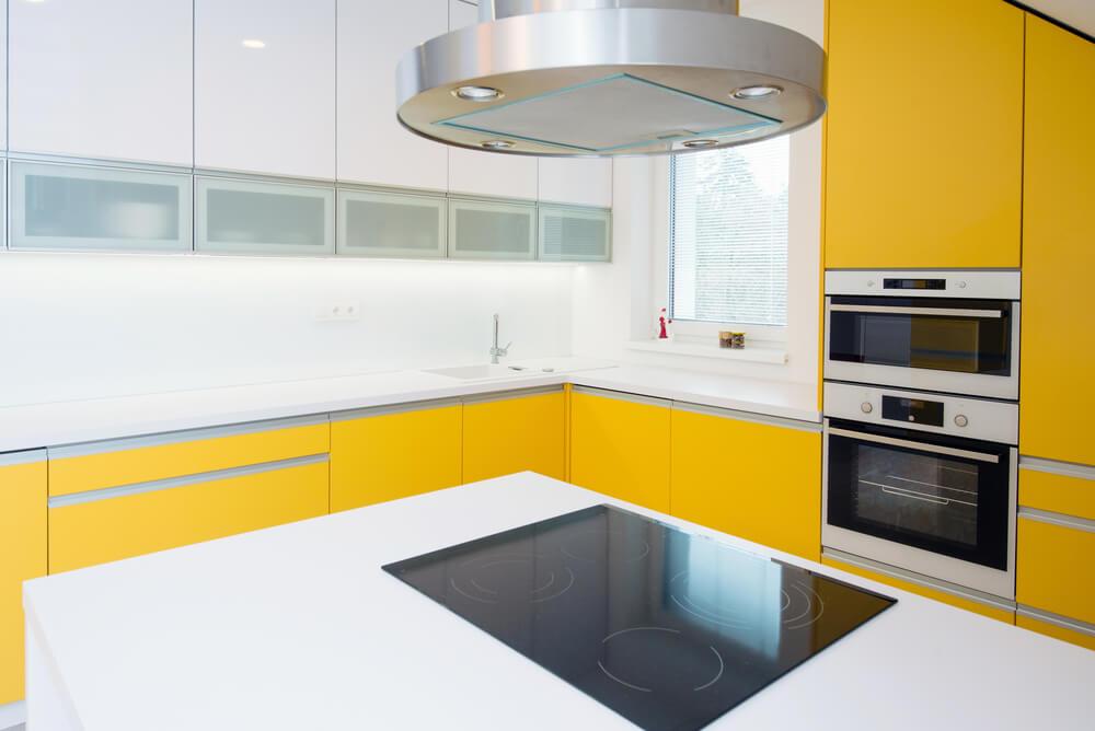 Cocina amarilla y blanca.