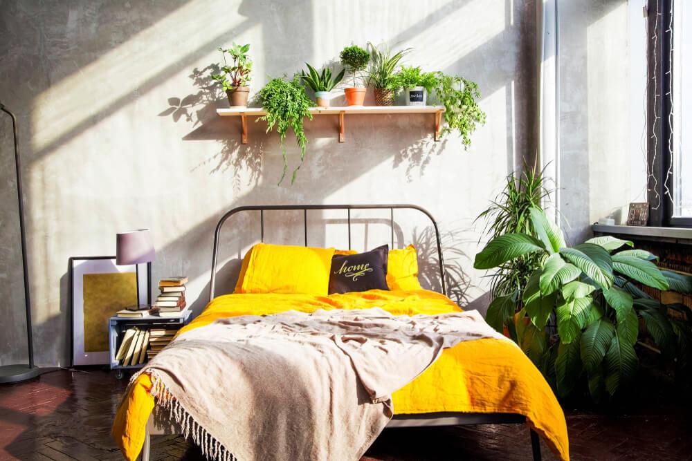 Combinación de amarillo y blanco en el dormitorio.