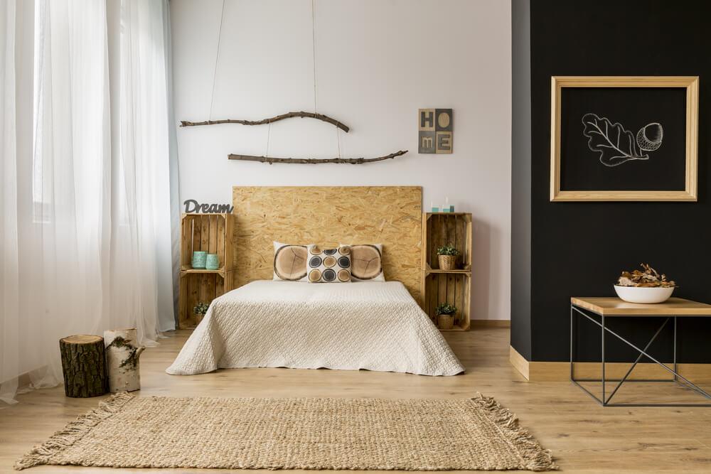 Dormitorio con una alfombra de esparto.