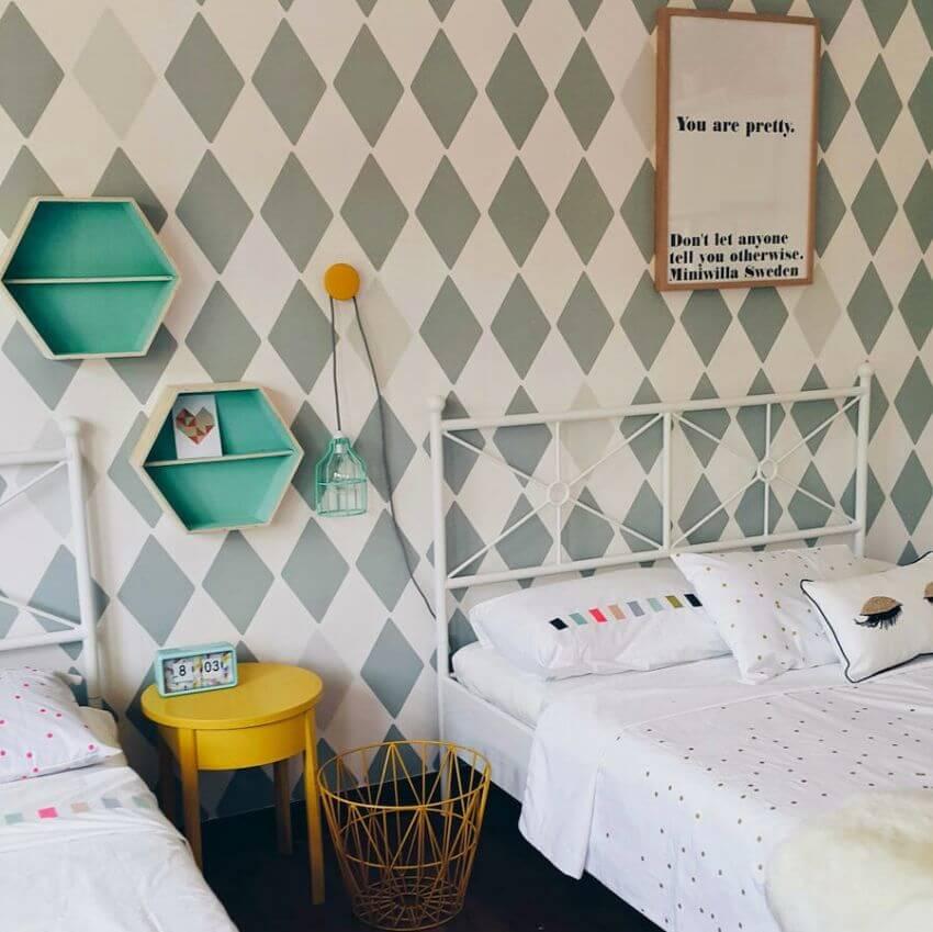 Dormitorio con rombos.