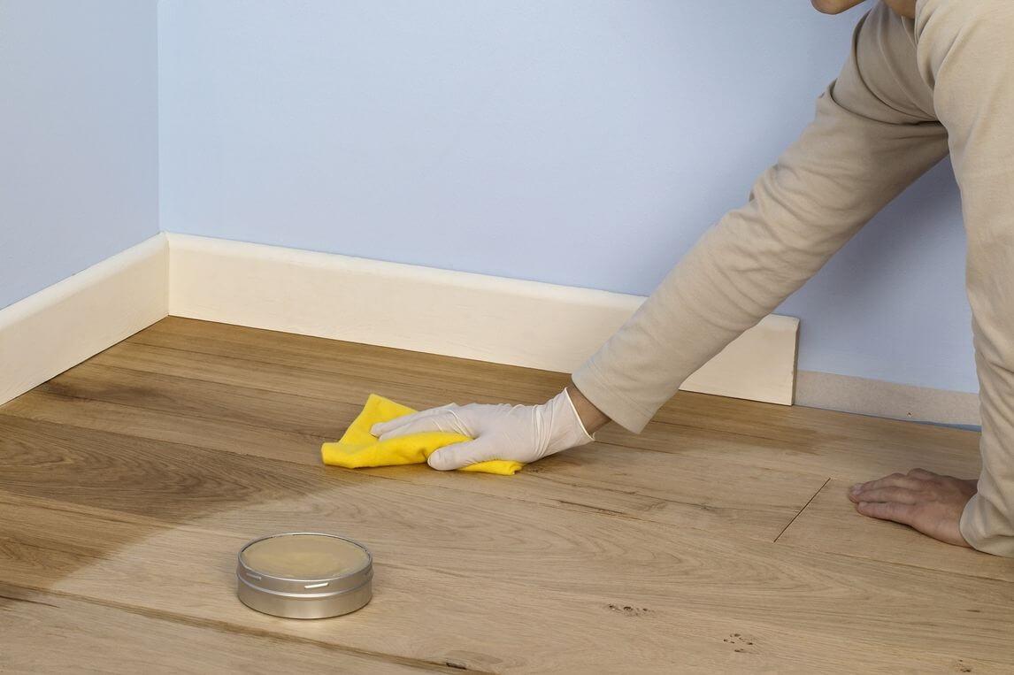 Encerar suelos de madera.