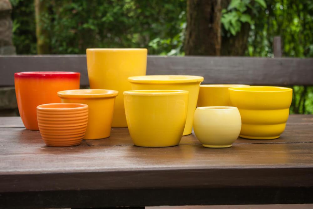 Maceteros de cerámica de colores.