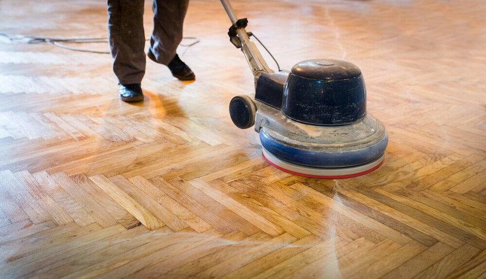 Pulir suelos de madera.
