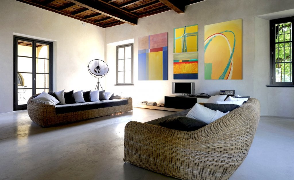 Salón con cuadros contemporáneos.
