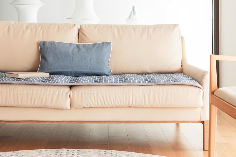 Sofá de color marfil.