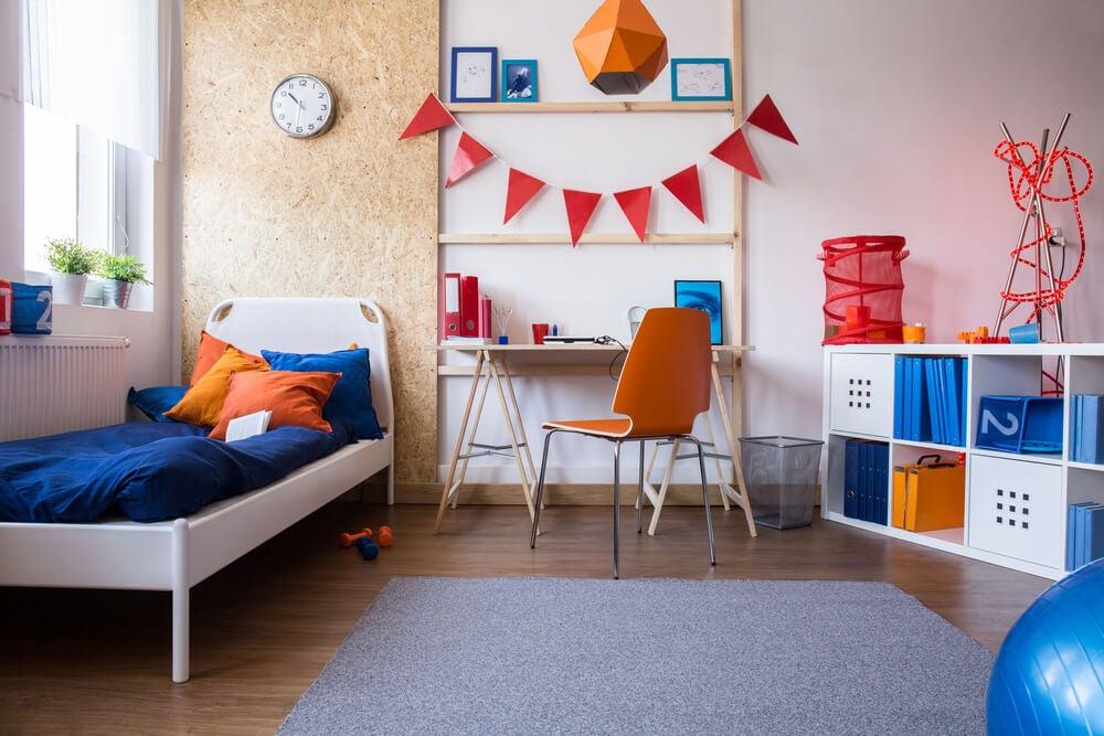 Dormitorio azul y naranja.