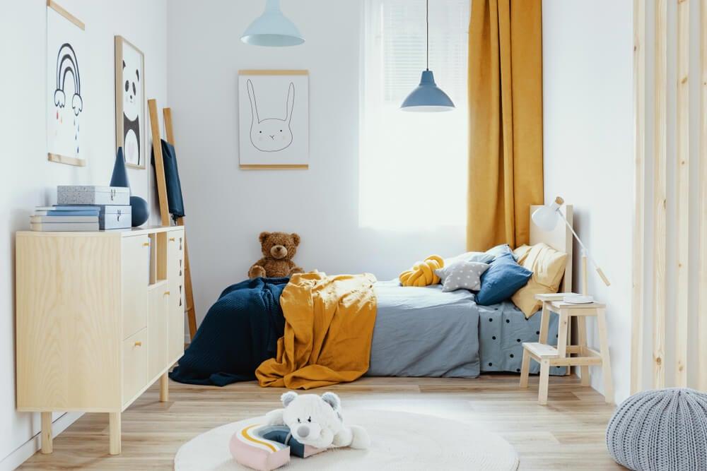 Dormitorio infantil naranja y azul.