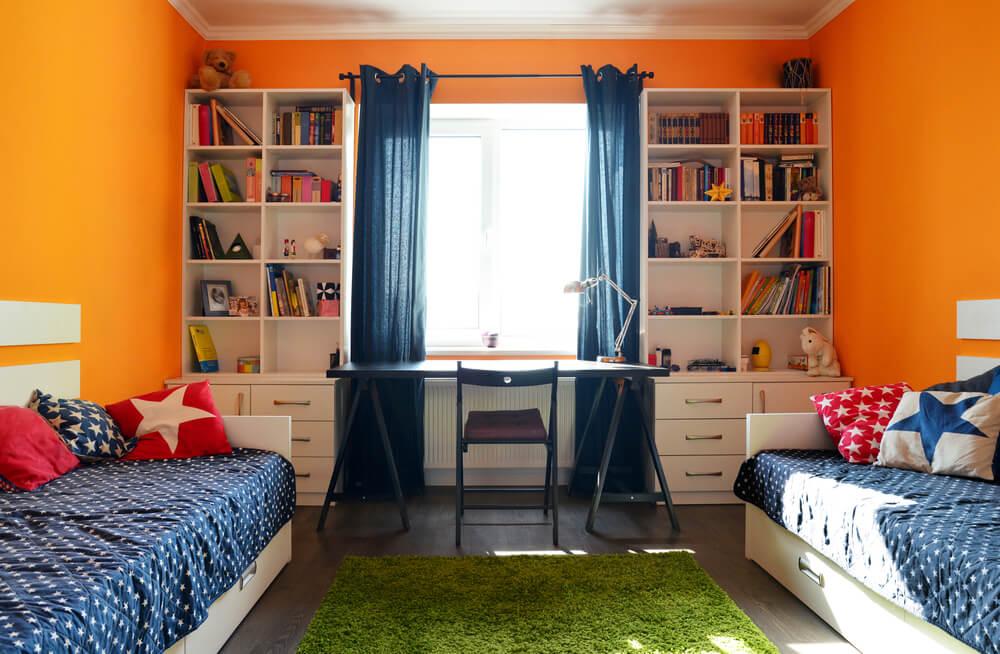 Dormitorio naranja y azul.