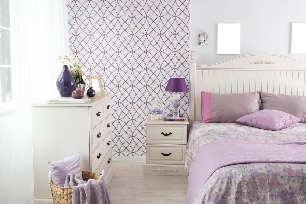 Dormitorio con toques lilas.