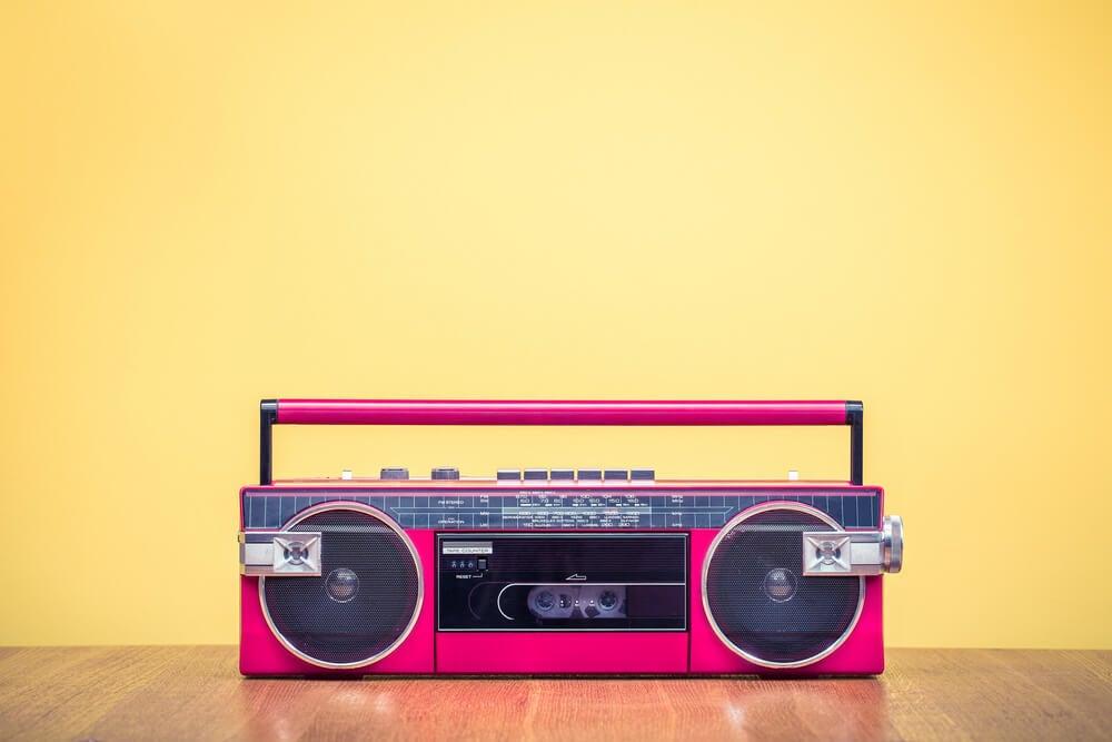 Equipo de música de inspiración vintage.