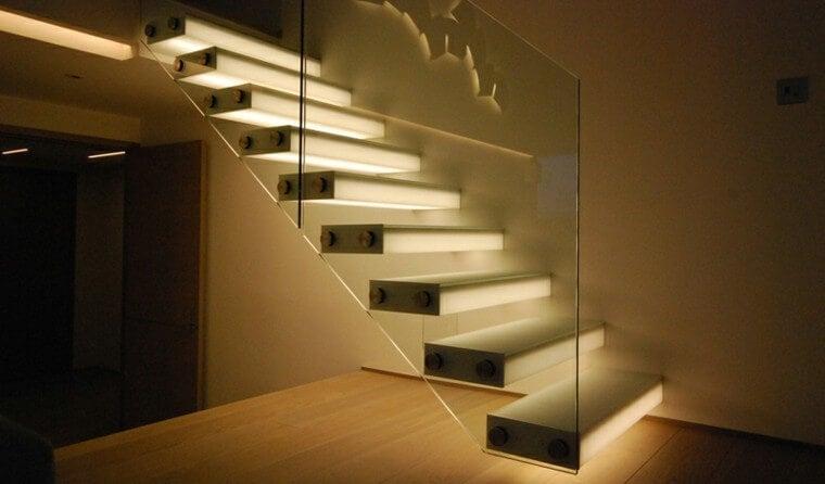 Escaleras iluminadas.