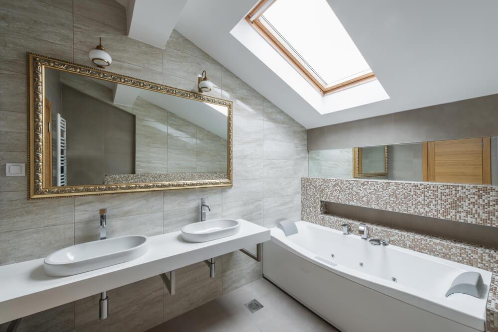 Espejo dorado para el baño.