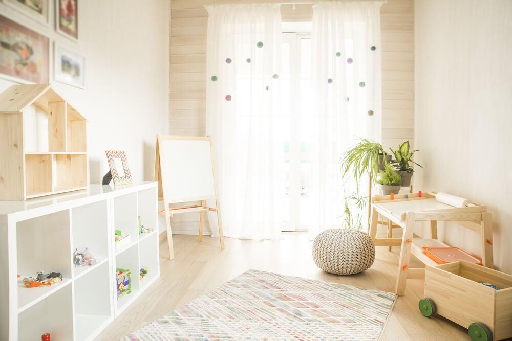 Habitación infantil con colores claros.