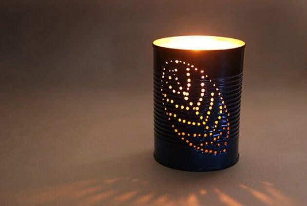 Lámpara hecha con una lata.