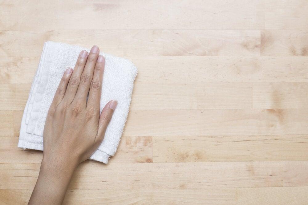 Limpiar el polvo de la madera.