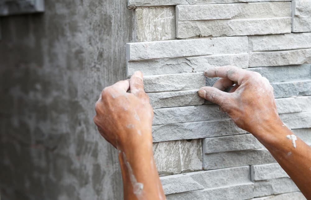 Muro de hormigón decorado con piedras.