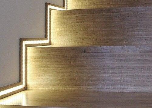 Zócalo iluminado en escaleras.