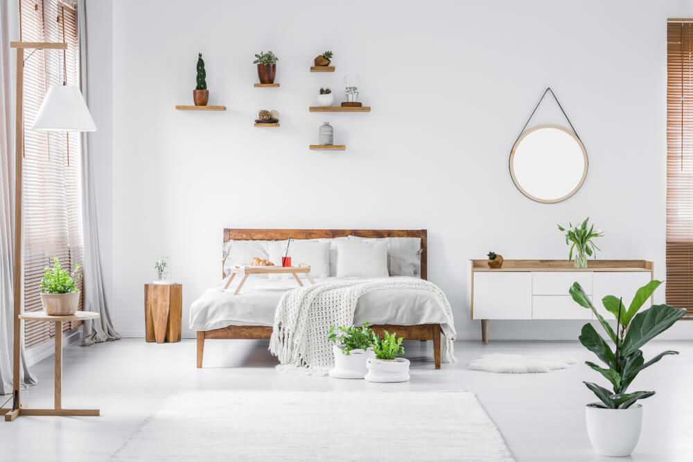 Dormitorio con plantas que aportan color.