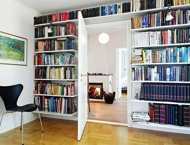 Estantería de libros encima de la puerta.