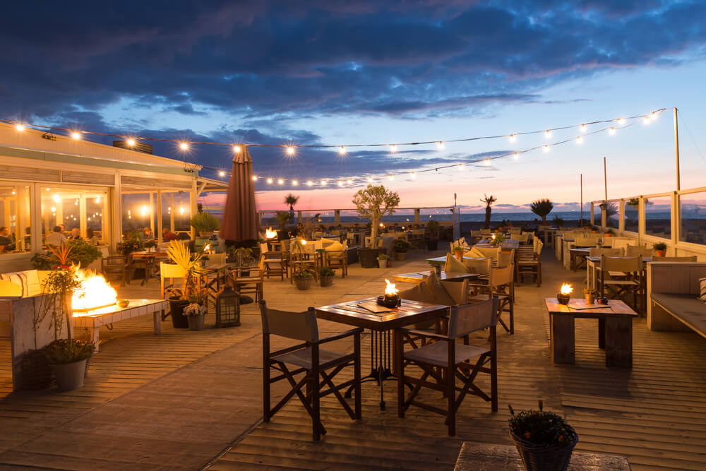 Iluminación para la terraza de un bar.