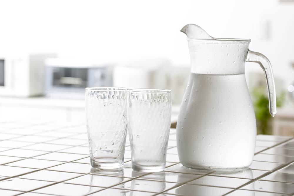 Jarra de agua con vasos.