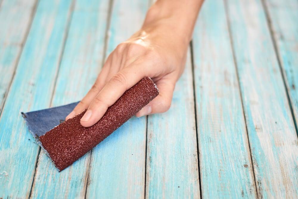 Lijar la madera de exterior.