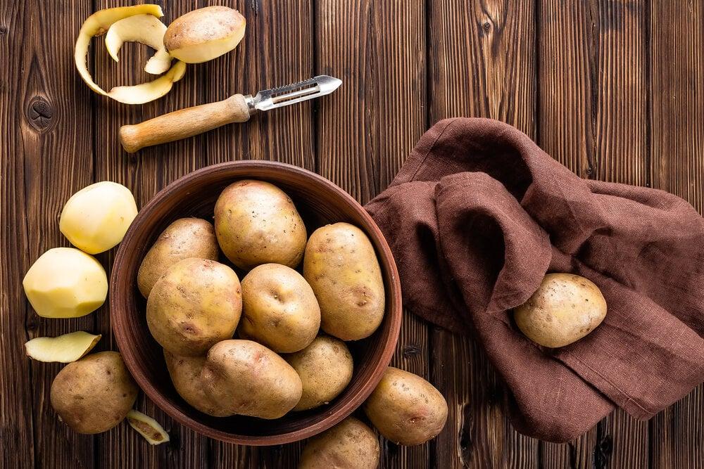 Patatas sobre tabla de madera.