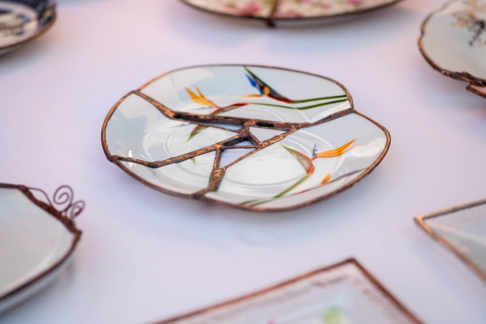 Plato de cerámica reparado con la técnica Kintsugi.