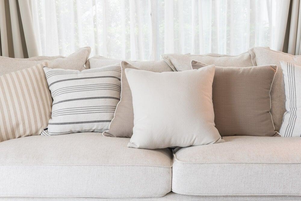 Sofá beige o blanco roto.