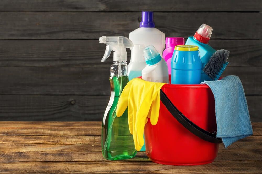 Cubo con productos de limpieza.