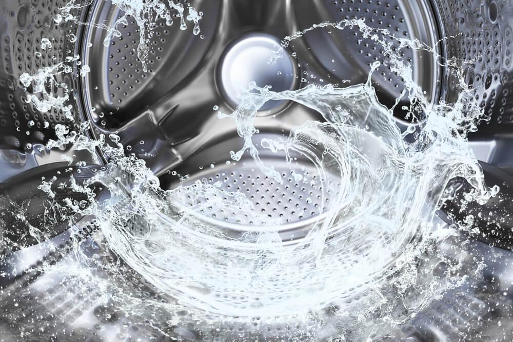 Desatascar la tubería de la lavadora.