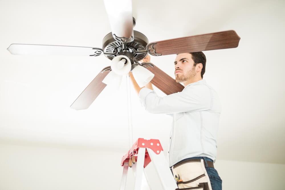 Instalar un ventilador de techo.