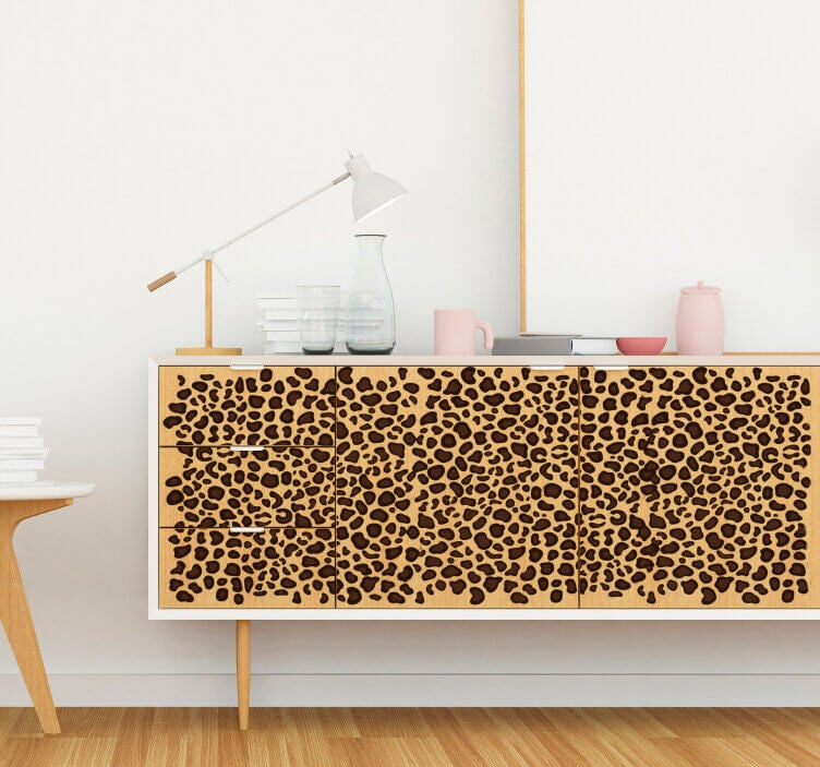 Mueble con estampado animal.