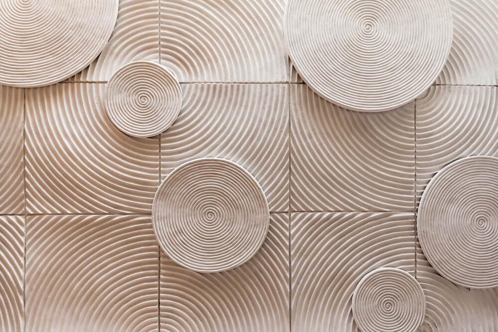 Mural con patrón geométrico circular.