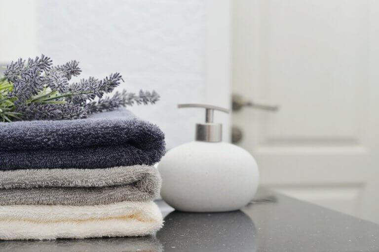 Claves para combinar las toallas de la ducha con el baño