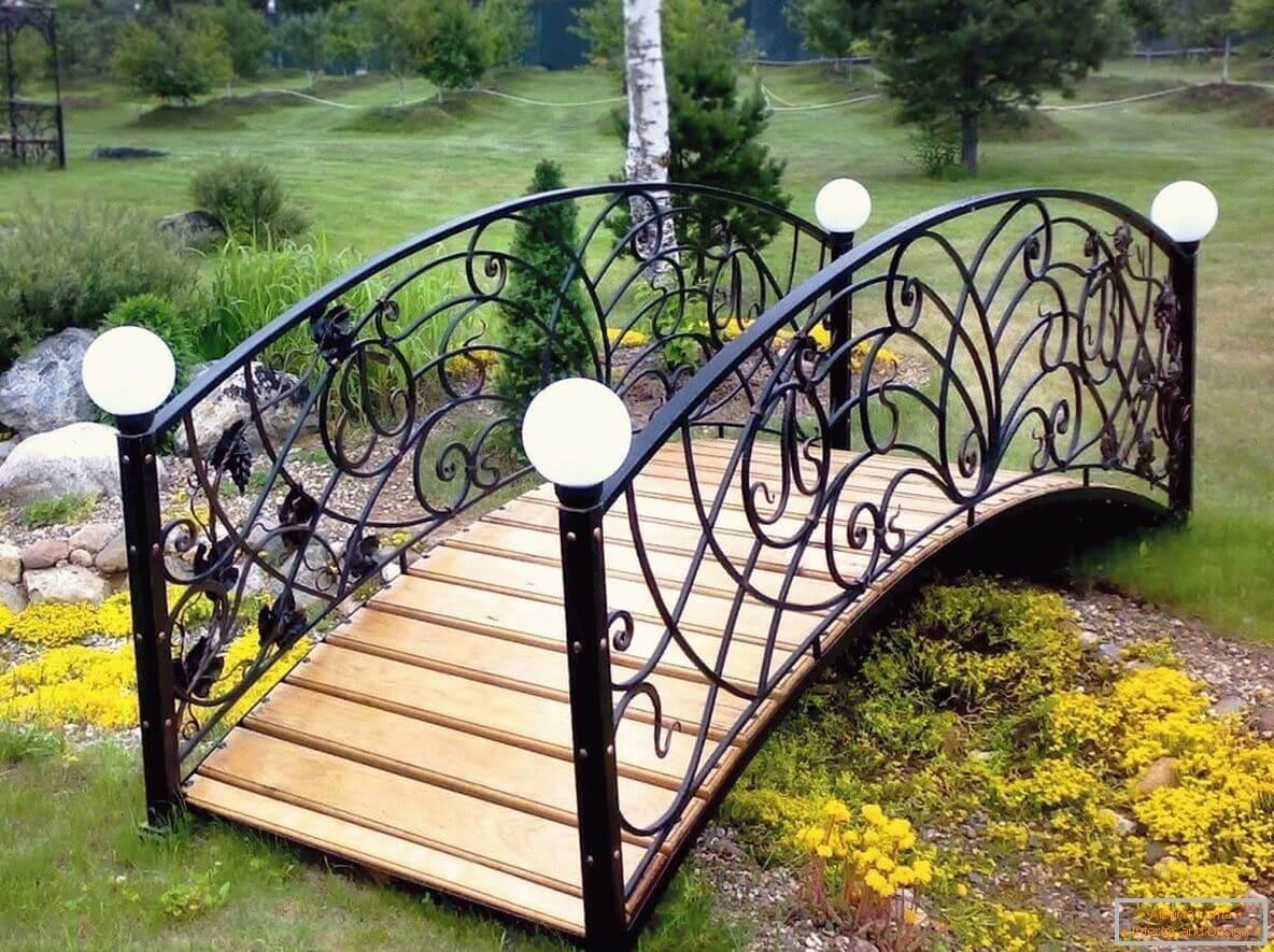 Puente de madera y metal.