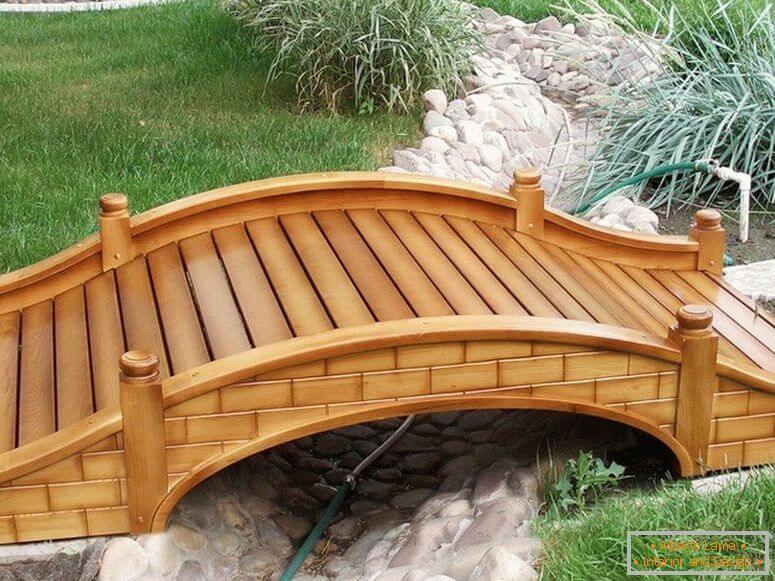 Puente de madera natural.