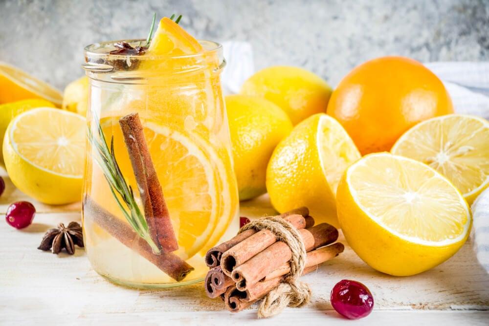Canela, naranjas y agua para ambientador.