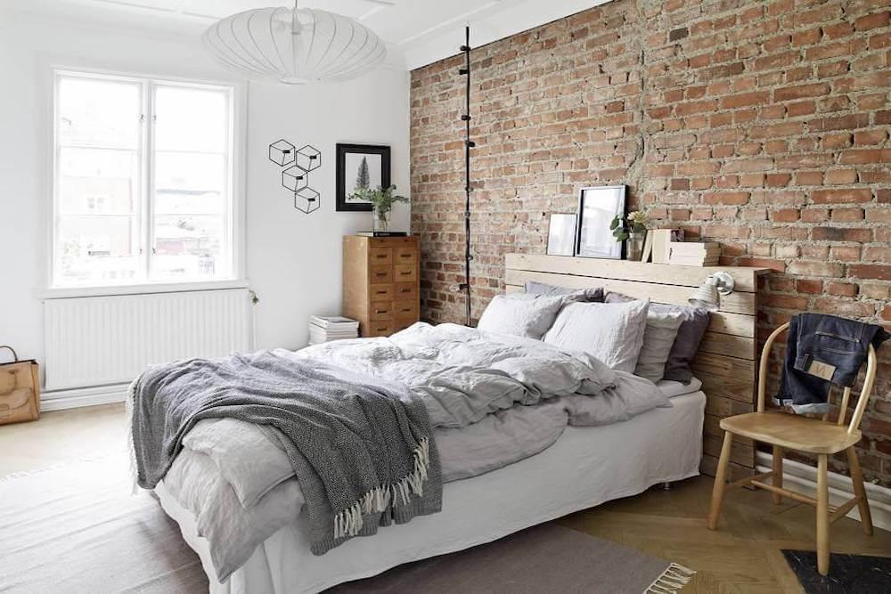 Dormitorio con una pared de ladrillo.