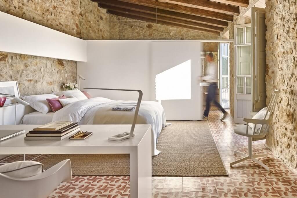 Habitación rústica de piedra.