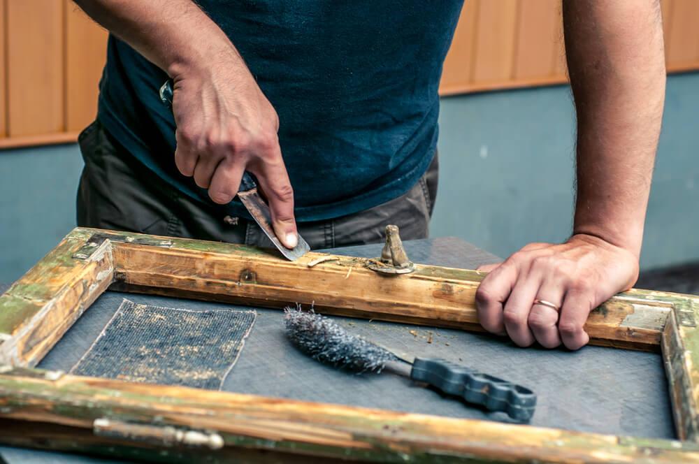Restaurar los muebles viejos o antiguos.