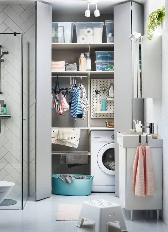 Una mini lavandería en el baño. ¿Qué te parece?