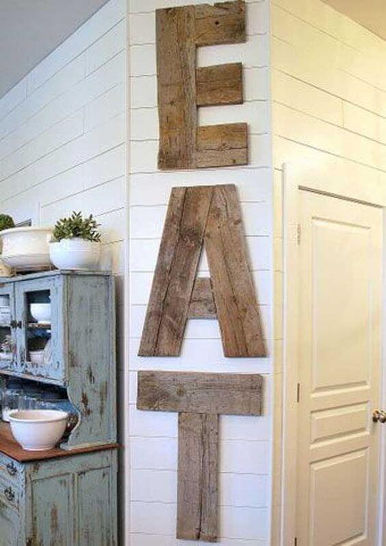 Mural de madera con letras
