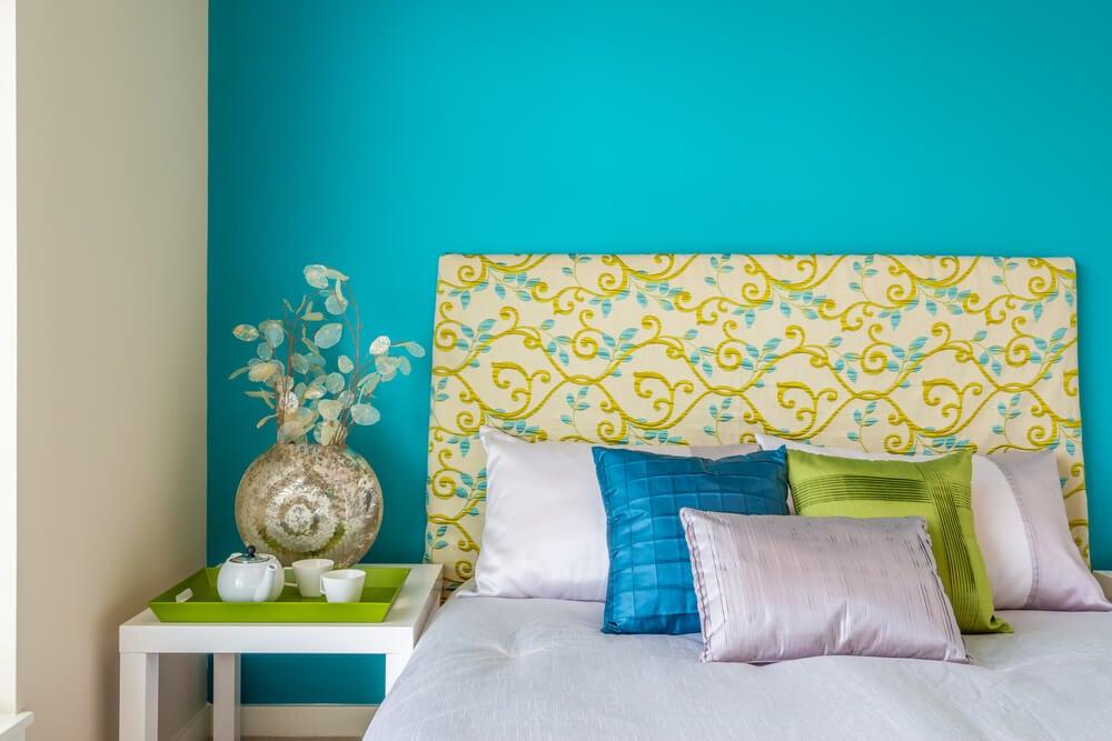 Dormitorio con decoración primaveral