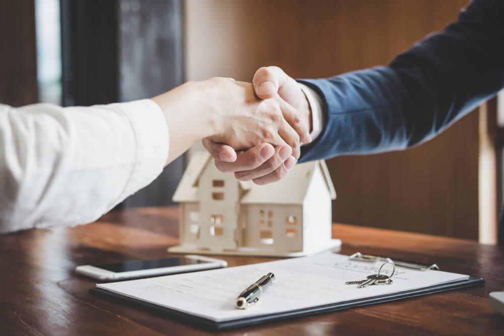 ¿Vendes un piso? Razones para acudir a una inmobiliaria